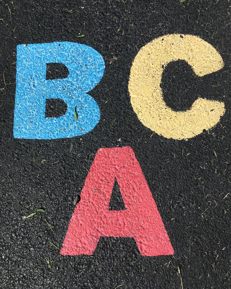 litery A, B i C umieszczone na powierzchni